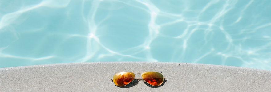 lunettes de soleil bord de piscine